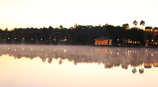 Zondagochtend rond 7.00 uur verliet ik mijn hotelkamer en keek uit over het meer.